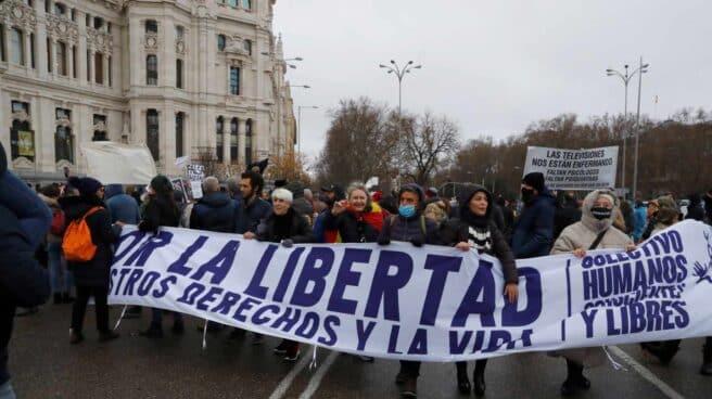 Varias personas participan en la manifestación bajo el título 'Marcha por la libertad'