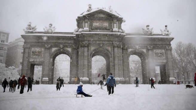 Vista de la Puerta de Alcalá de Madrid cubierta de nieve