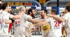Los jugadores de España celebran tras ganar el bronce en el Mundial de Balonmano en El Cairo.