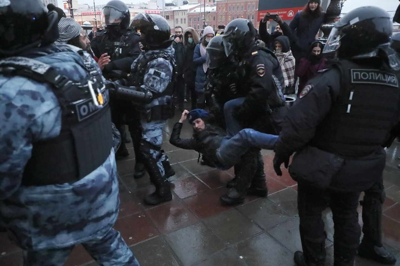 La Policía retiene a un manifestante que protestaba en favor de Navalni, en Moscú.