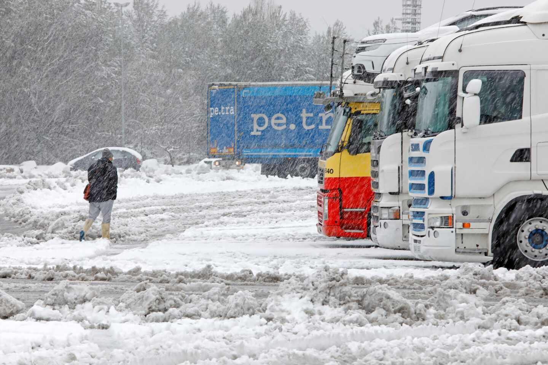 Camiones estacionados por el temporal en la A-2 en El Bruc (Barcelona).