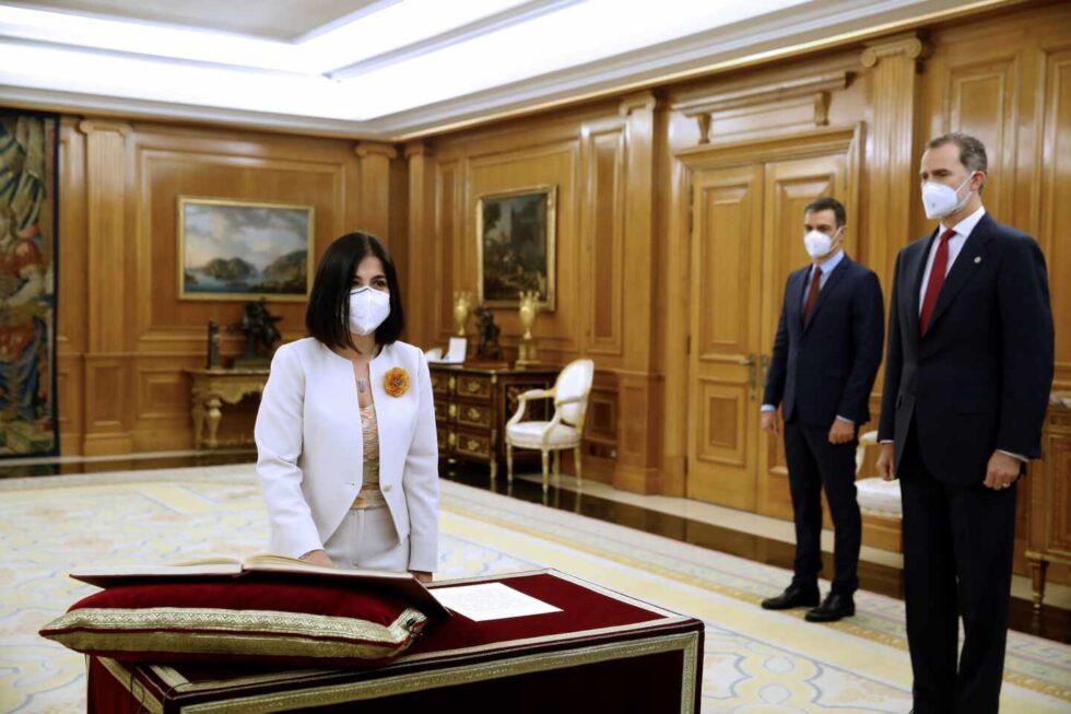 La nueva ministra de Sanidad, Carolina Darias, promete el cargo.