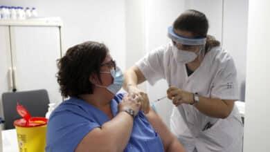 El ritmo de vacunación en España cayó un 31% en pleno debate sobre los plazos