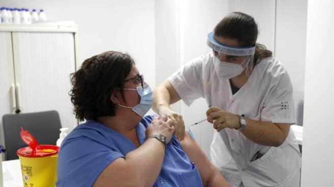 Una enfermera administra la vacuna de Pfizer y BioNtech contra el coronavirus a una profesional sanitaria en el Hospital Son Espases de Palma de Mallorca, a mediados de enero.