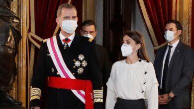 Felipe VI subraya el compromiso del Ejército con la Constitución y Robles critica el chat de los retirados