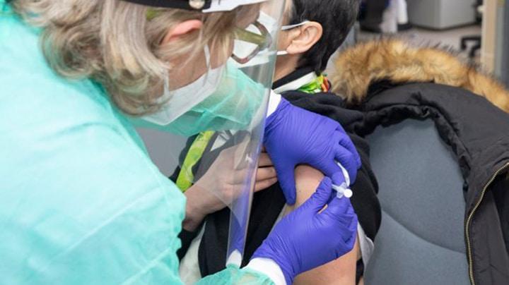 Una enfermera, vacunando el pasado sábado en la prisión cántabra de El Dueso.