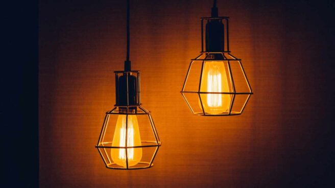 Imagen de dos bombillas en un edifici