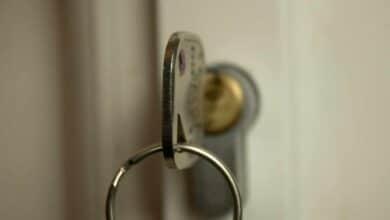 Un cerrajero cobra 1.077 euros a una mujer por abrir su puerta en Nochevieja