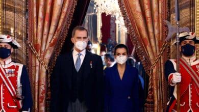 Los Reyes Felipe y Letizia hacen patria con las innovadoras mascarillas del CSIC