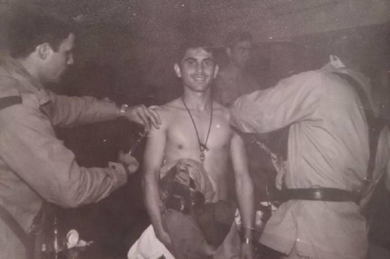 Un recluta recibe una vacuna durante el servicio militar.