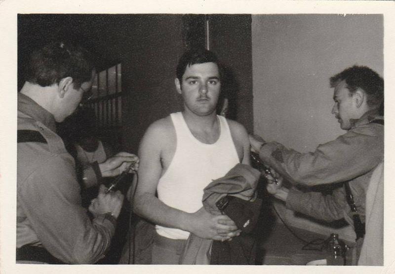 Un recluta recibe una vacuna en cada brazo durante el servicio militar.