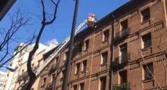 Bomberos limpiando las cornisas de Zurbano