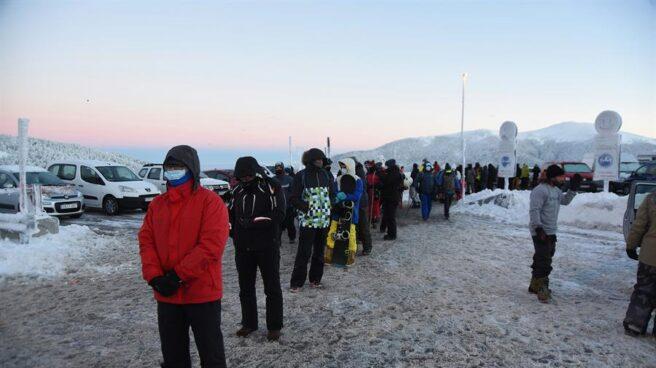 Varias personas esperan para entrar en la estación de esquí, en Navacerrada, el 5 de enero.