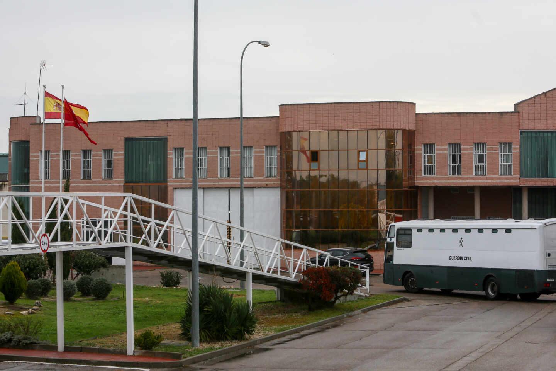Un autobús de la Guardia Civil en las instalaciones de la prisión de Navalcarnero, en Madrid.