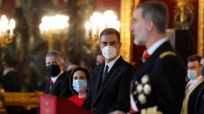 Pedro Sánchez atiende al discurso de Felipe VI durante la Pascua Militar.