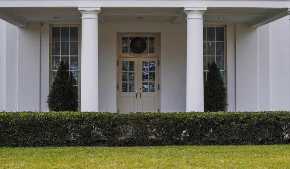 Se ve la entrada al Ala Oeste sin guardia de infantes de marina, lo que indica que el presidente estadounidense, Donald Trump, no se encuentra en el Despacho Oval.