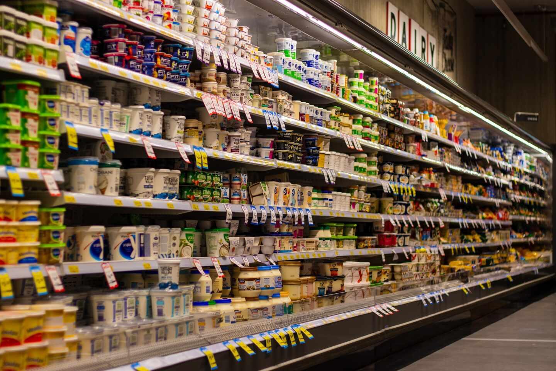 Yogures en el supermercado.