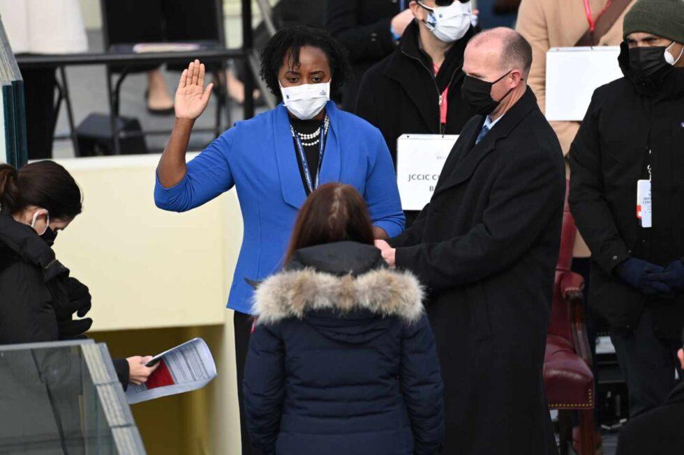 Una suplente de Kamala Harris presta juramento durante los ensayos de la ceremonia de investidura en el Capitolio de los Estados Unidos.