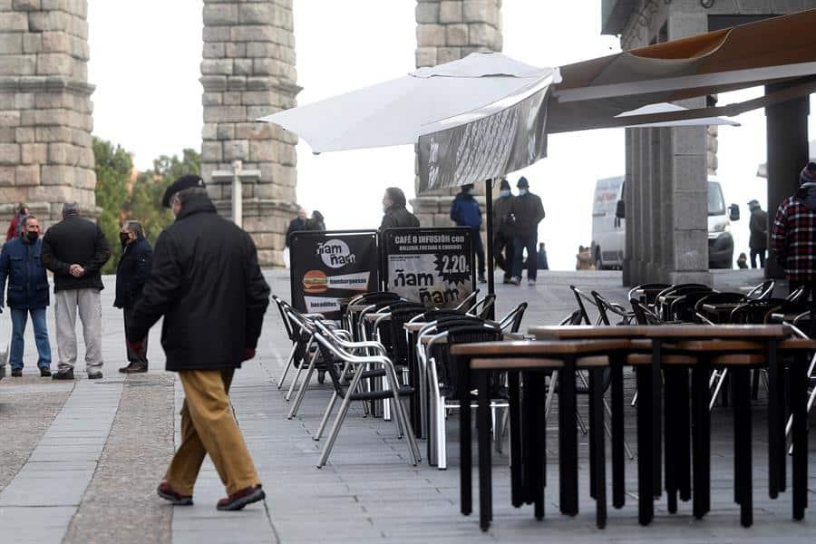 Terrazas vacías en Segovia.