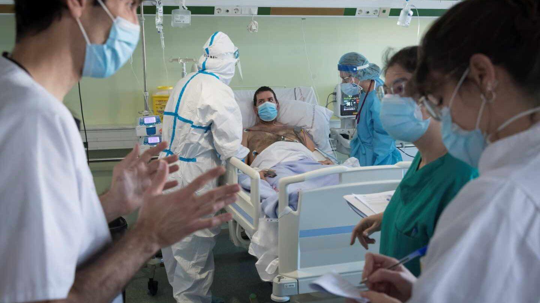 Un paciente de Covid en la UCI mientras un grupo de sanitarios debaten en su presencia.
