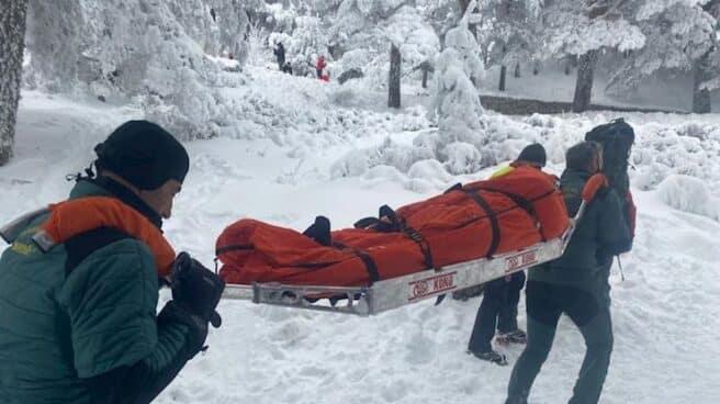 La Guardia Civil rescata a una mujer de 36 años tras chocar contra un árbol en Navacerrada.