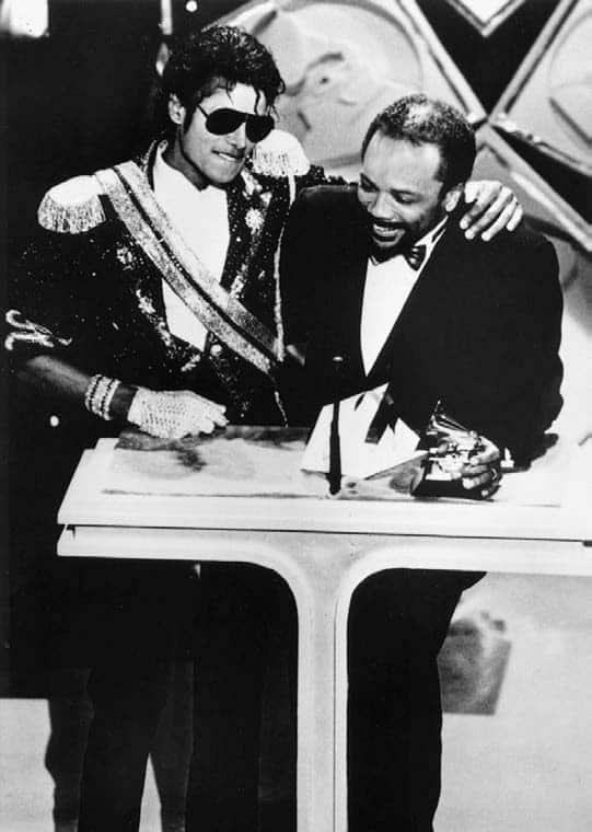 Quincy Jones recogiendo el Grammy con Michael Jackson por 'Thriller', el disco más vendido de la historia, en 1983.