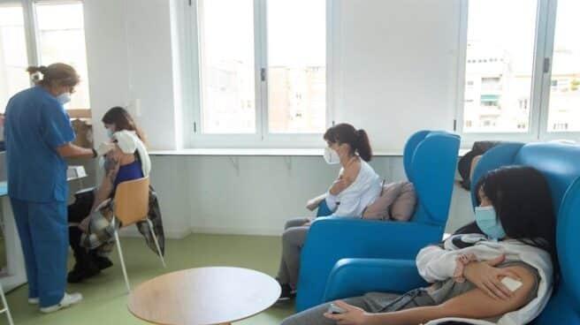 Varias trabajadoras reciben la vacuna contra el coronavirus en Cataluña.