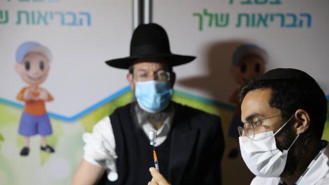Un ciudadano ultraortodoxo recibe la vacuna contra el coronavirus en Israel.