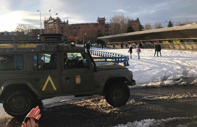 Aplausos a la UME en Ventas tras acabar la limpieza en Madrid