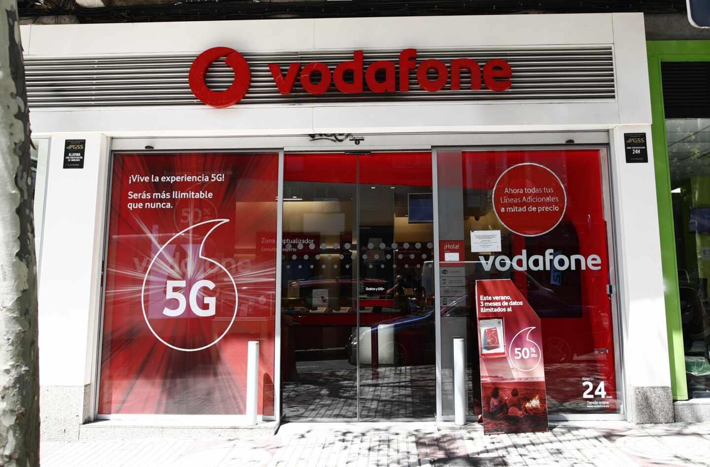 Un escaparate de una tienda de Vodafone en una céntrica calle de Madrid
