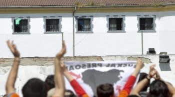 La mayoría de los 700 funcionarios de prisiones contempla pedir el traslado fuera de Euskadi