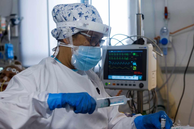Personal sanitario del Hospital Parc Taulí de Sabadell (Barcelona) trabaja en la UCI para enfermos de coronavirus.