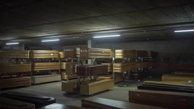 Ataúdes apilados en una morgue en Cataluña, fotografía de 'Santi Palacios'