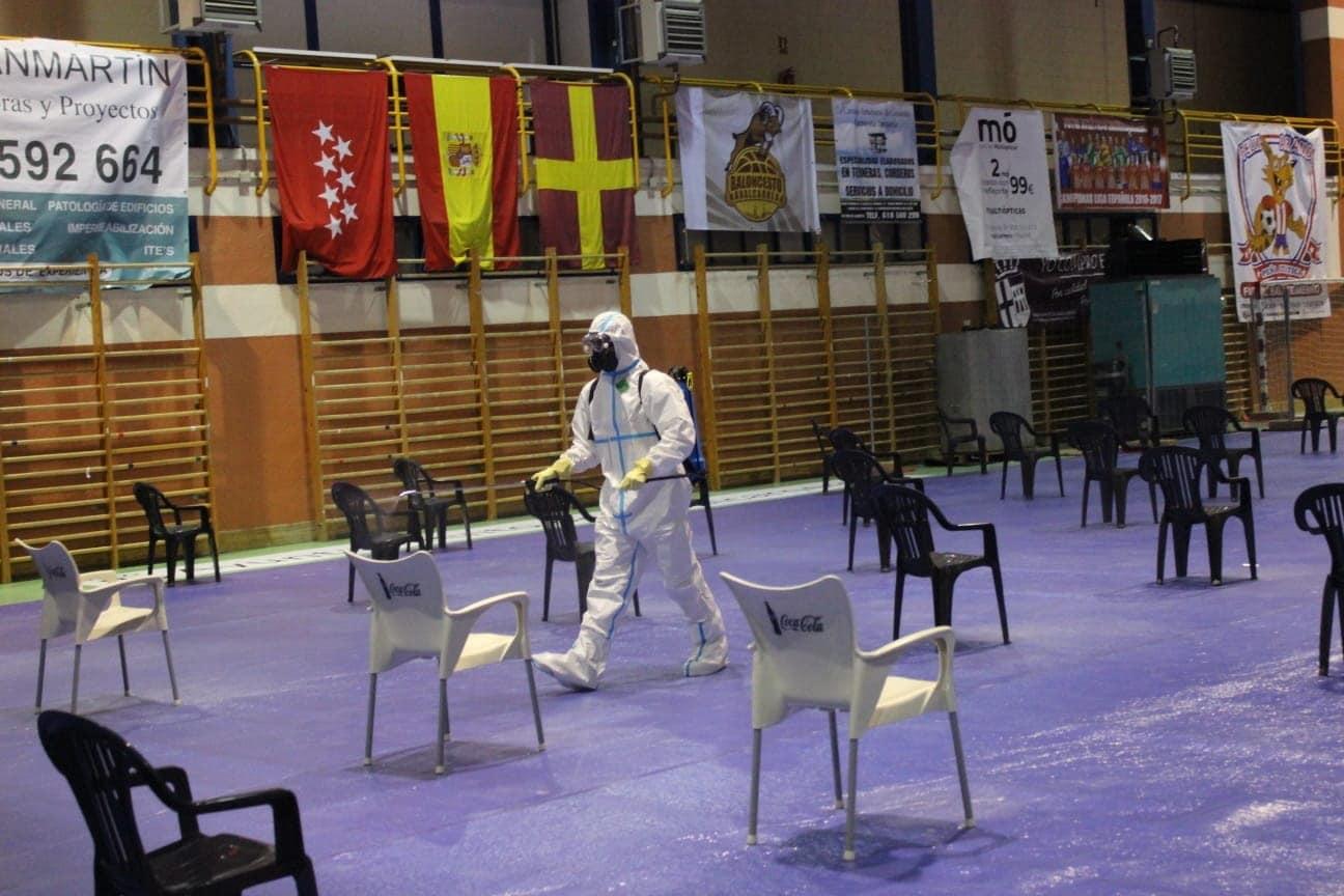 Personal de la unidad de transmisiones de la Misión Baluarte desinfecta, este lunes, el polideportivo de Navalcarnero en Madrid