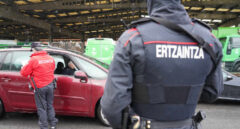 Dos agentes de la Ertzaintza en un control policial