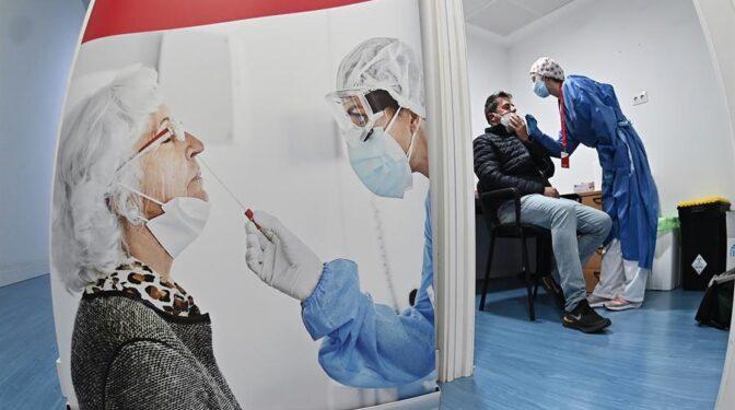 Sanidad registra 20.849 casos y 535 muertes desde el viernes y la incidencia cae a 252