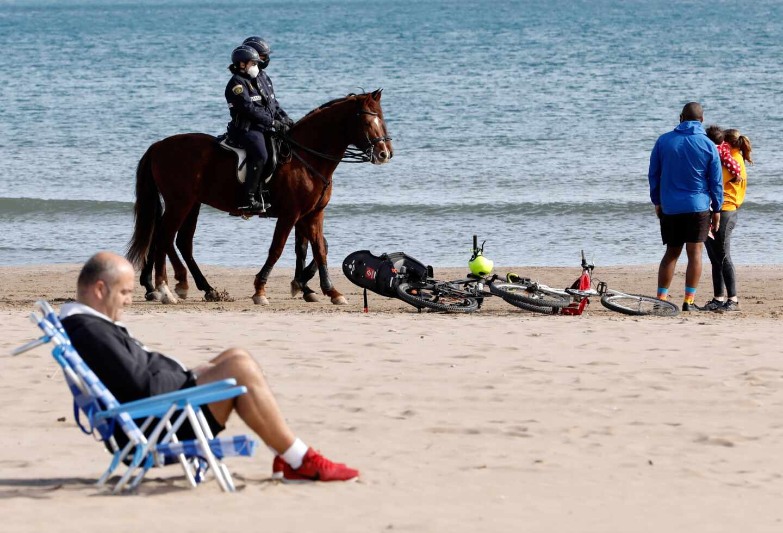Control policial en la playa de la Malvarrosa (Valencia).