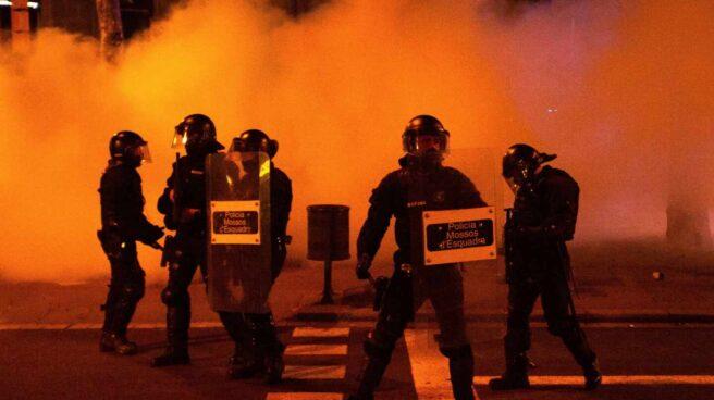 Efectivos policiales en las protestas por la detención de Pablo Hasél en Barcelona.
