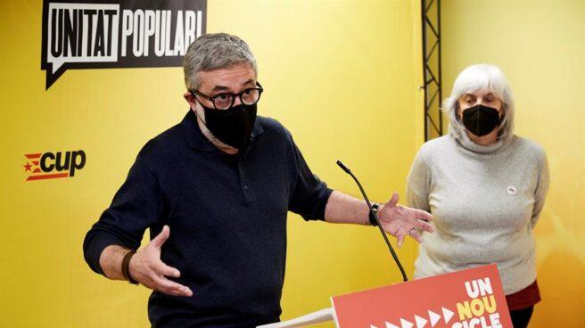 Los números uno y dos de la CUP, Carles Riera y Dolors Sabater, en una rueda de prensa