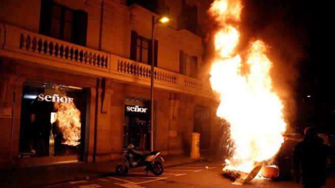 Varias personas queman contenedores durante una concentración en apoyo a Pablo Hasél, el rapero condenado a 9 meses de prisión por enaltecimiento del terrorismo e injurias a la corona, este martes en Barcelona.