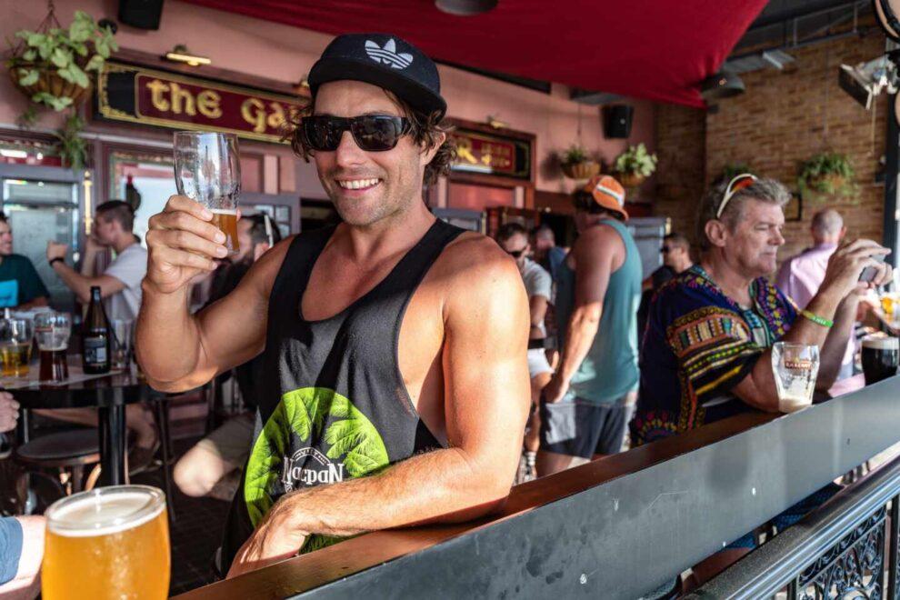Un australiano disfruta de una cerveza en la playa de Perth antes de que se inicie el confinamiento de cinco días