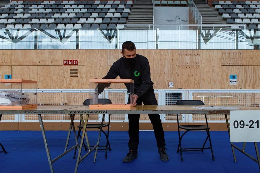 Operarios realizan este sábado los preparativos del colegio electoral instalado en el Pabellón Camp del Ferro del barrio de Sant Andreu de Barcelona