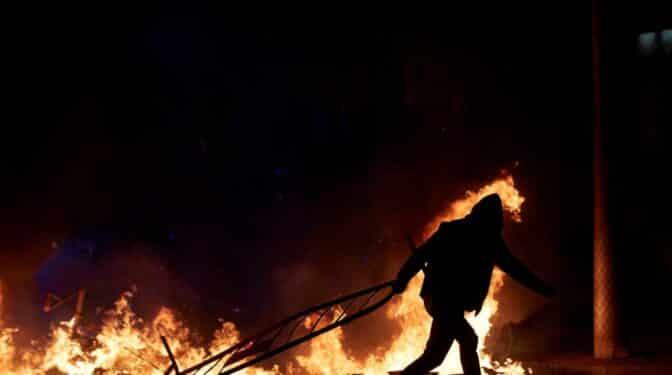 Tercera noche de disturbios: 16 detenidos y cinco heridos en Barcelona y Valencia