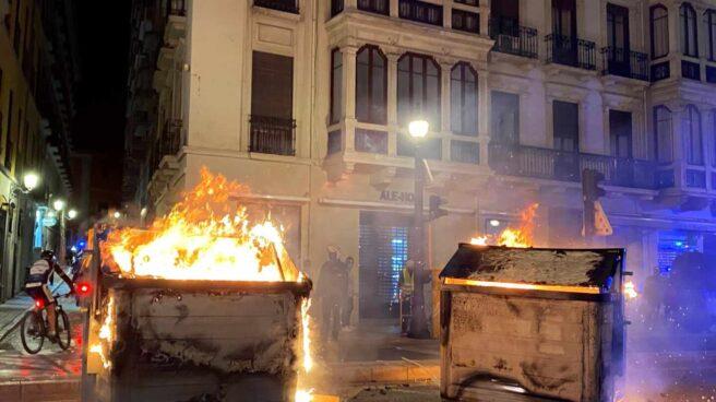 Contenedores ardiendo durante la manifestación de protesta en Granada por la detención del rapero Pablo Hasel.