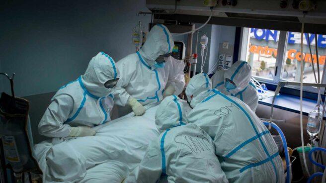 médicos con EPI atendiendo a un paciente de Covid-19