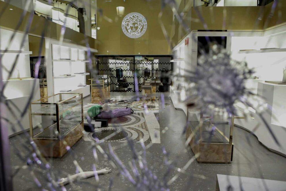 La tienda de Versace del Passeig de Gràcia en Barcelona, completamente destrozada.