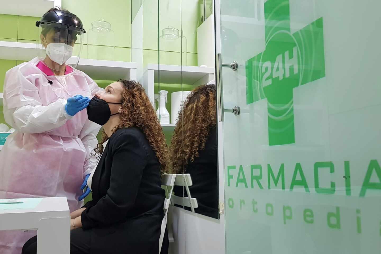 Una mujer se hace un test de antígenos en una farmacia de Madrid