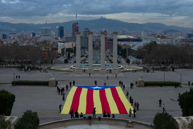 Elecciones en Cataluña: la ANC desplega una estelada en Barcelona.