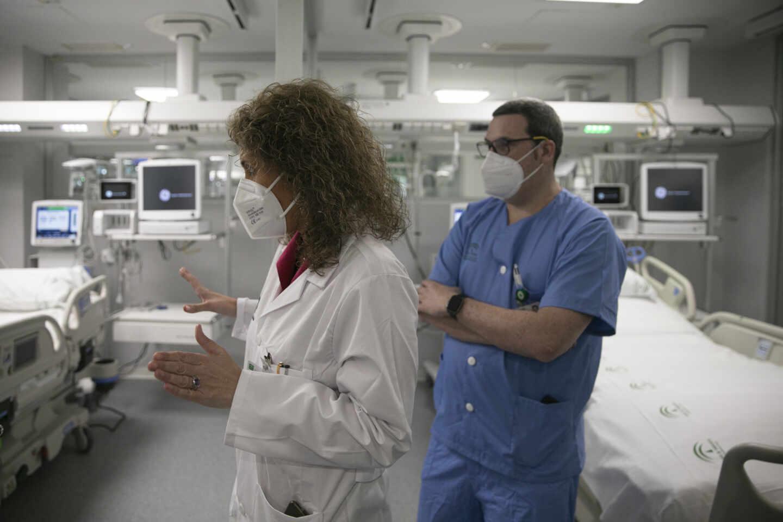 Personal Sanitario en la UCI del Hospital de Emergencia Covid-19, construido en el antiguo Hospital Militar Vigil de Quiñones. En Sevilla, (Andalucía, España).