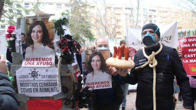 Protesta de los hosteleros de Albacete con carteles de Isabel Díaz Ayuso.